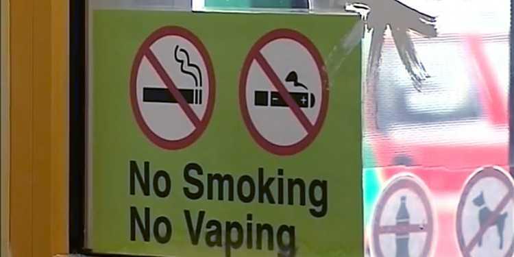 Знак запрета электронных сигарет на двери одной из пиццерий