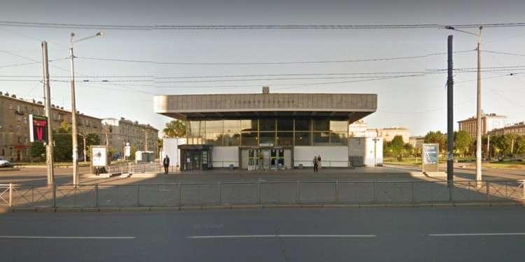 Вестибюль «Ломоносовской». Фото — «Гугл стрит вью»
