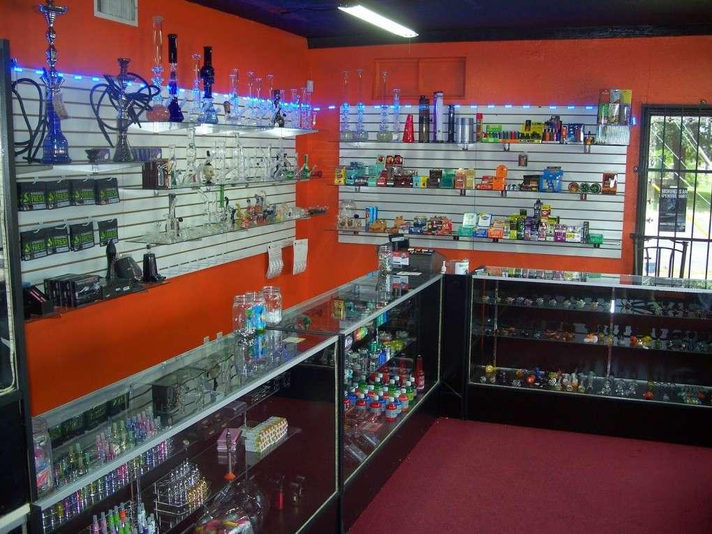 Маленькие американские магазины торгуют и электронными сигаретами, и трубками, и кальянами. Фото — Алексей Иванов